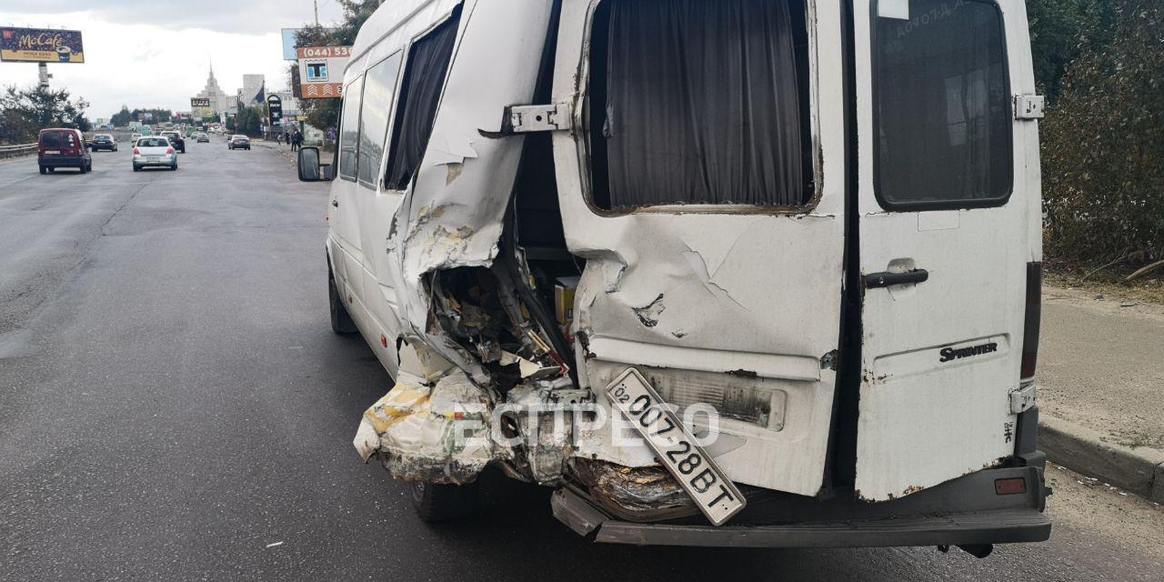 dtp- Автомобіль влетів у маршрутку: ДТП поблизу Вишневого
