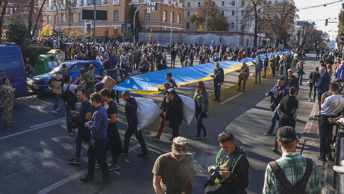 Величезний прапор пронесли вулицями столиці -  - 13