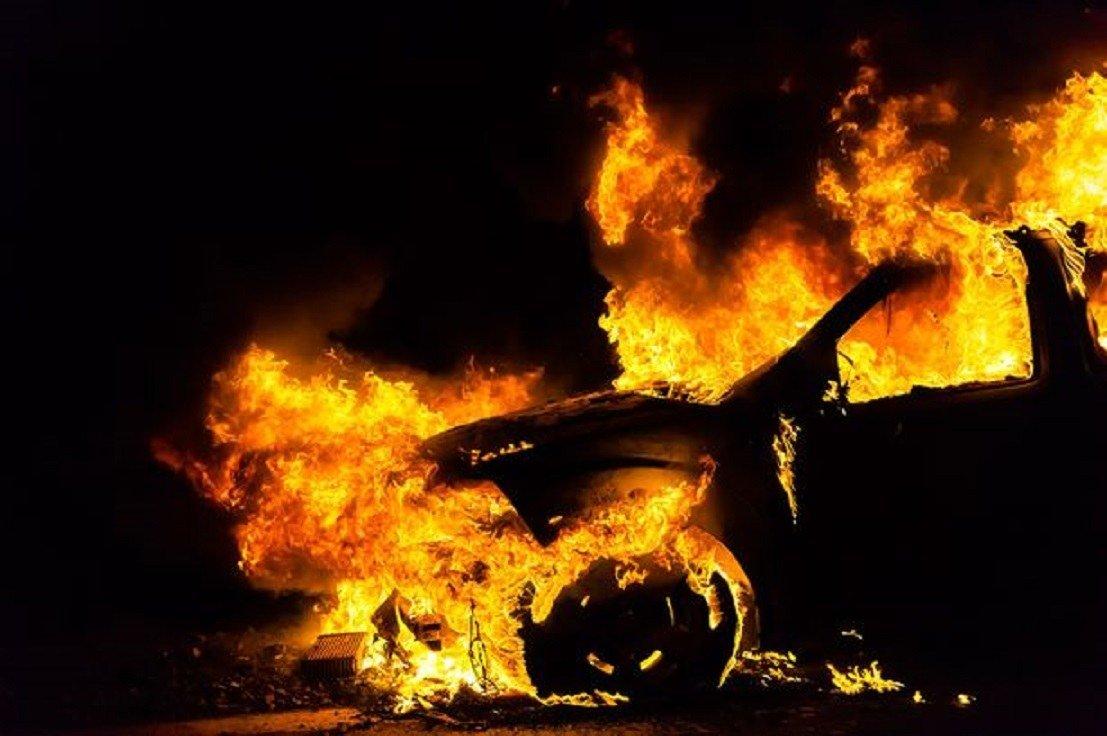 У Києві жертвою підпалу стали три автомобілі -  - 1517914461 a police car is suspected to have been set alight deliberately in overseal