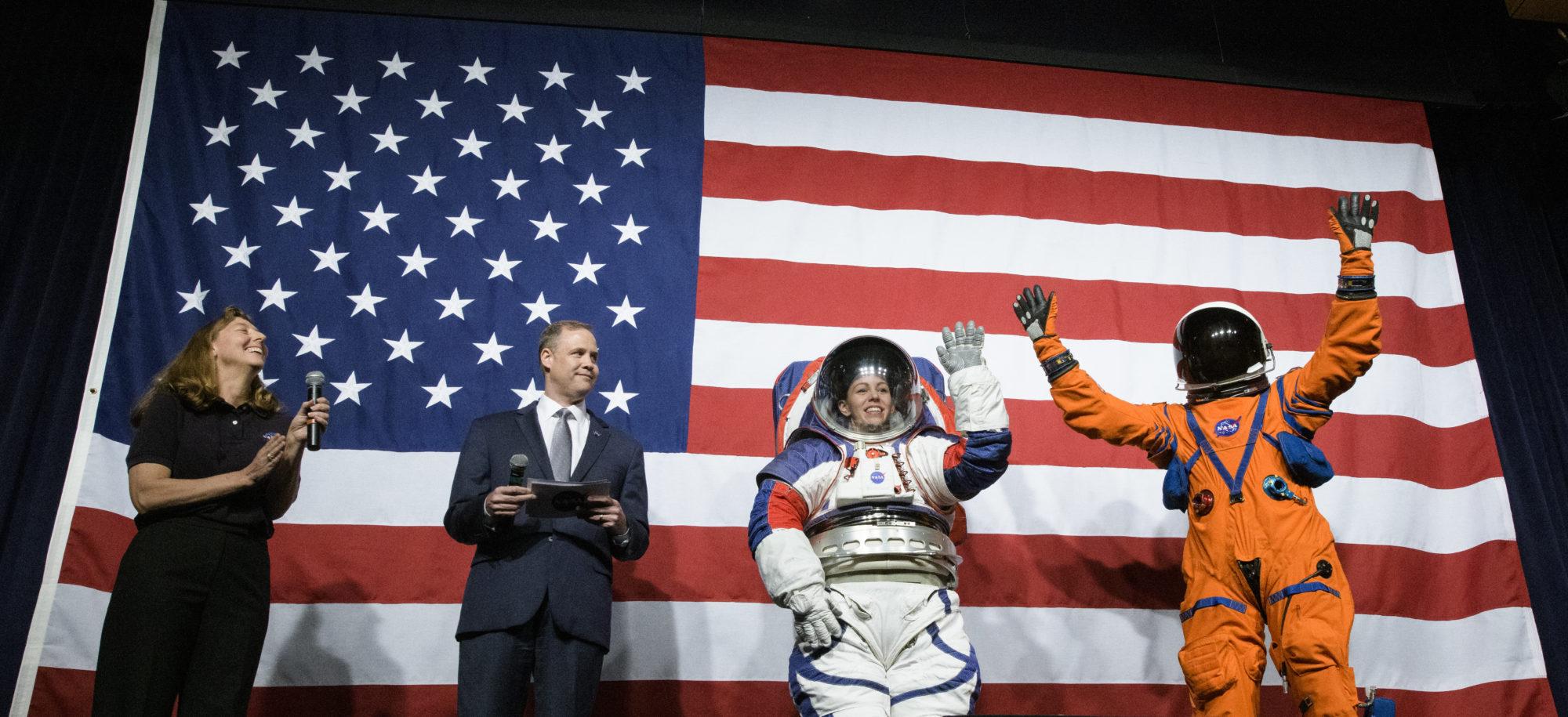 NASA влаштувало показ місячної моди (ФОТО) - космос, NASA - 16 skafandr 2000x915