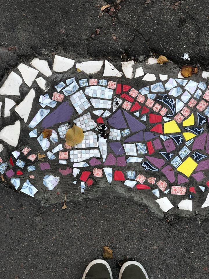 Фреска під ногами: кияни перетворили ями на асфальті в справжні витвори мистецтва - Київ - 18 plytka