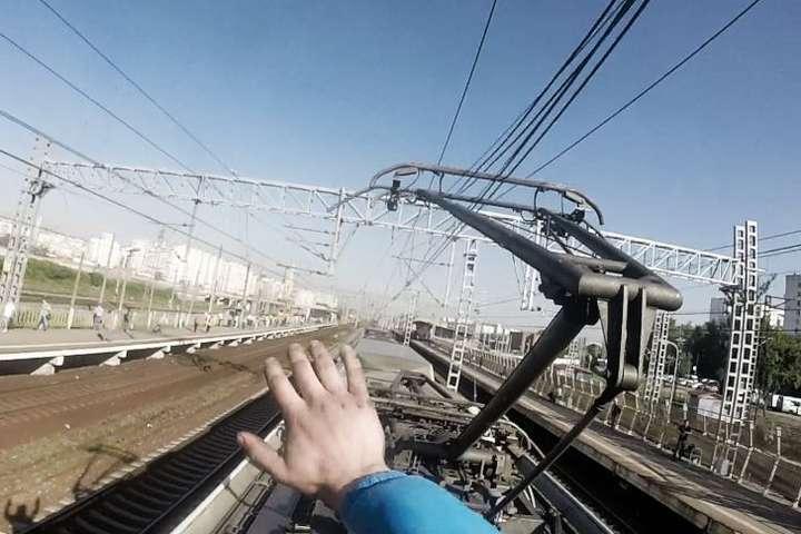Екстремальні розваги: на Київщині п'яний чоловік, видершись на потяг, отримав термічні опіки -  - 23 potyag