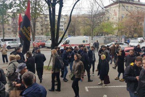 У Києві побилися противники і прихильники перейменування  проспектів на честь Бандери і Шухевича -  - 405919