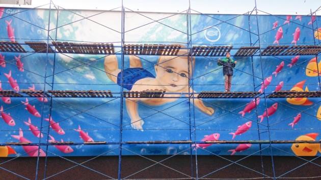 У Києві з'явився новий мурал з плаваючим хлопчиком -  - 5d93190fa4630