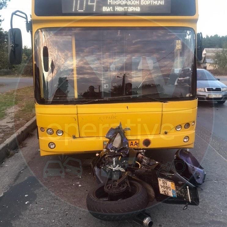 71527928_815260118870076_6810433966575714304_n У Києві водій мотоцикла залетів під автобус