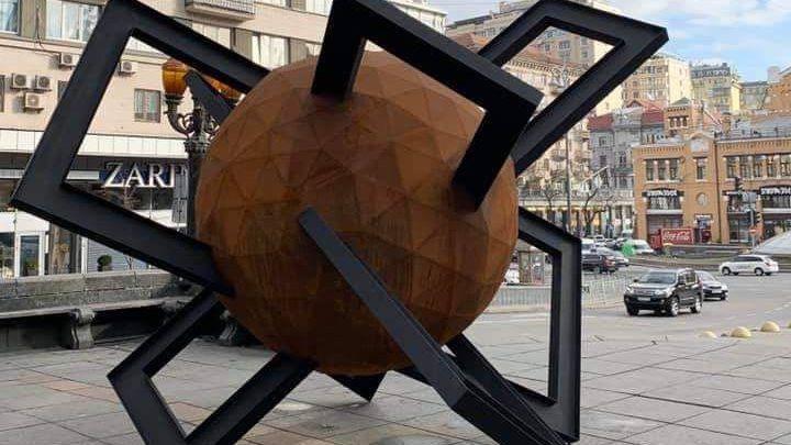 """Замість синьої руки: в столиці встановили нову скульптуру """"Протистояння"""" -  - 73364301 2284201308375330 3793358563716366336 n"""