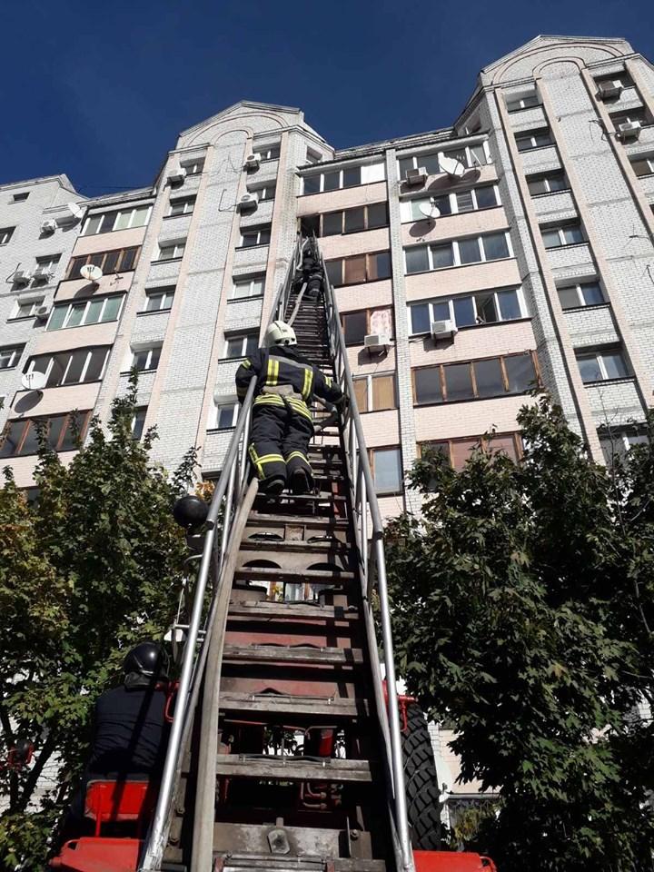 Зайнялося на балконі: у Бучі сталася пожежа у квартирі на 8-му поверсі - рятувальники, Приірпіння, пожежа, надзвичайна ситуація, київщина, ДСНС України у Київській області, Бучанська ОТГ, Буча - Bucha balkon 2