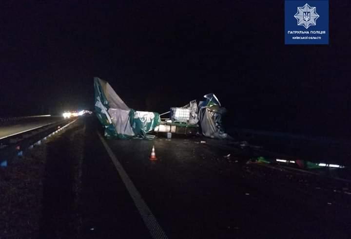 FB_IMG_1570857479201 Вночі під Києвом зіткнулись дві вантажівки: є травмовані