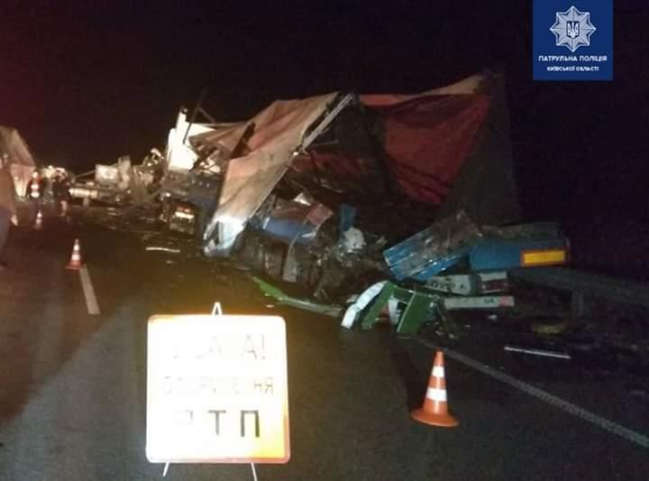 FB_IMG_1570857481701 Вночі під Києвом зіткнулись дві вантажівки: є травмовані