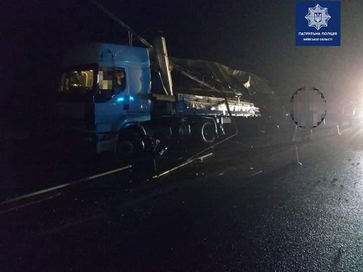 FB_IMG_1570857485767 Вночі під Києвом зіткнулись дві вантажівки: є травмовані