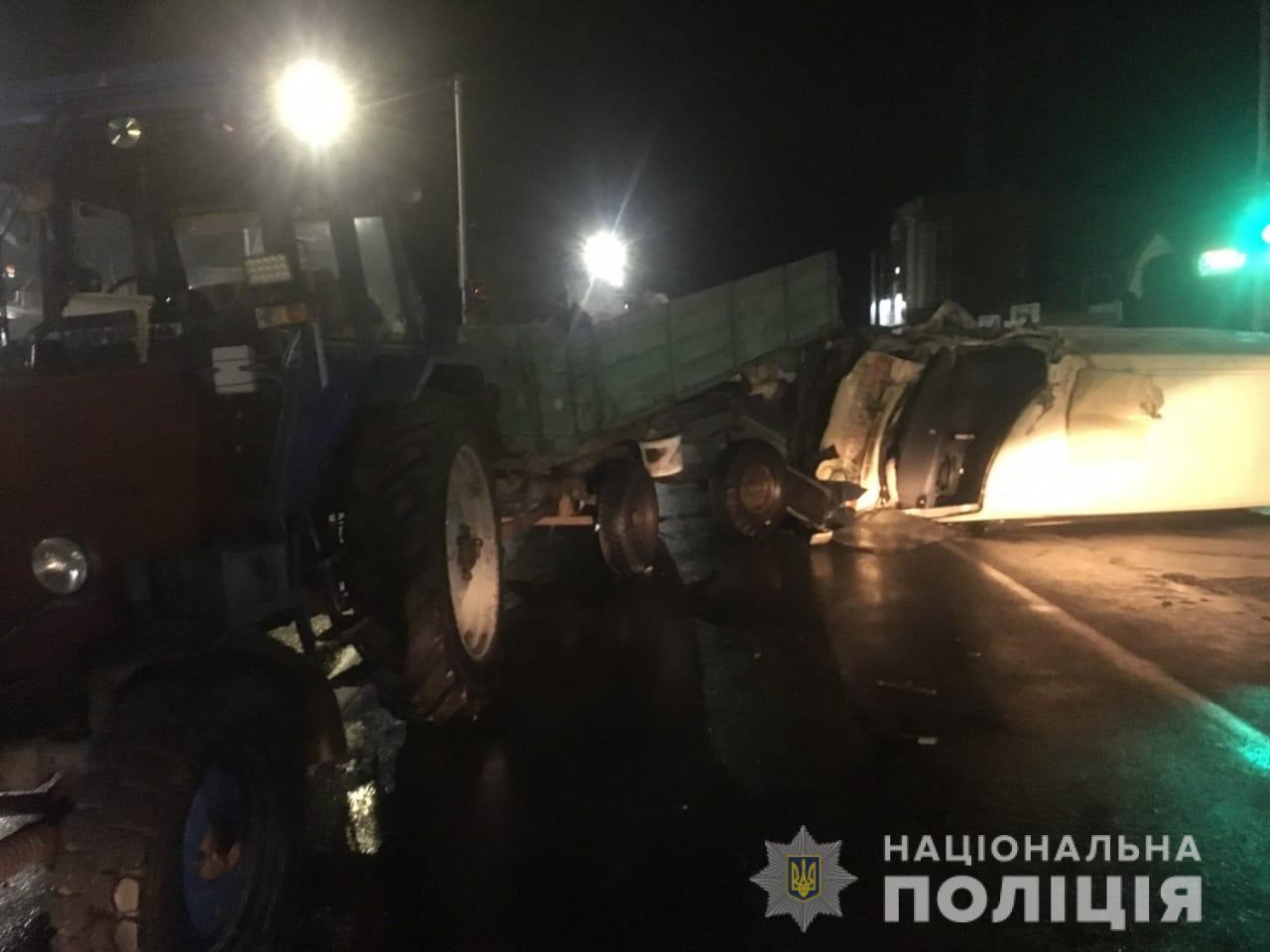 Серйозна ДТП у Василькові зі участі трактора і мінівена