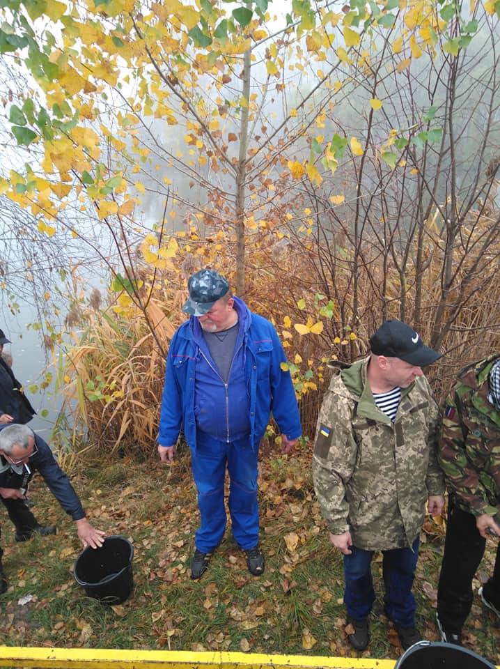 Зарибили ставок у Гостомелі: у водойму на Кимерці запустили 520 кг малька коропа - Табачук, риба, Приірпіння, київщина, зариблення, Гостомель - Zaryb Gost 2