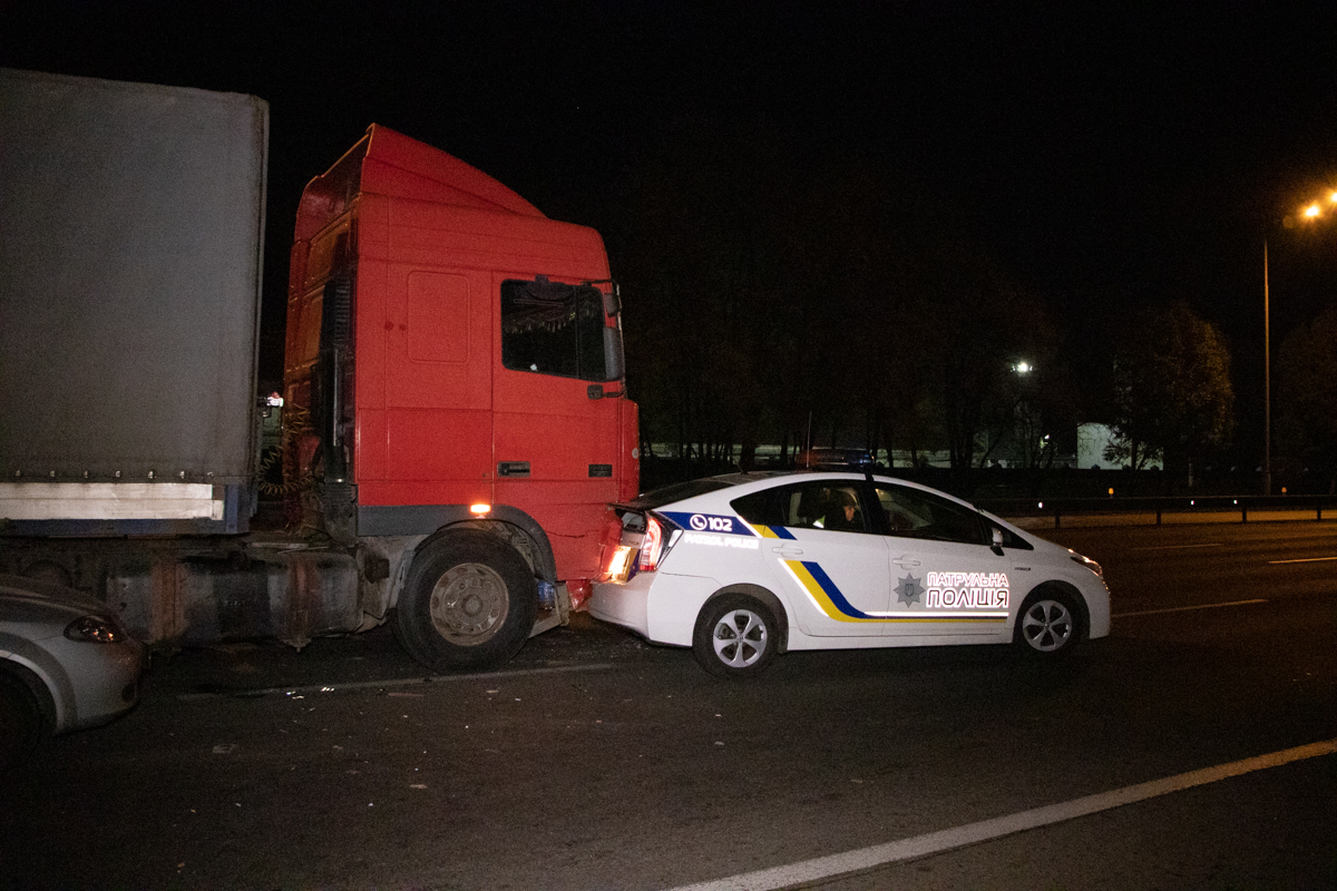 КамАЗ на швидкості влетів у фуру, яка в результаті врізалася в Prius патрульних -  - dtp 7 4