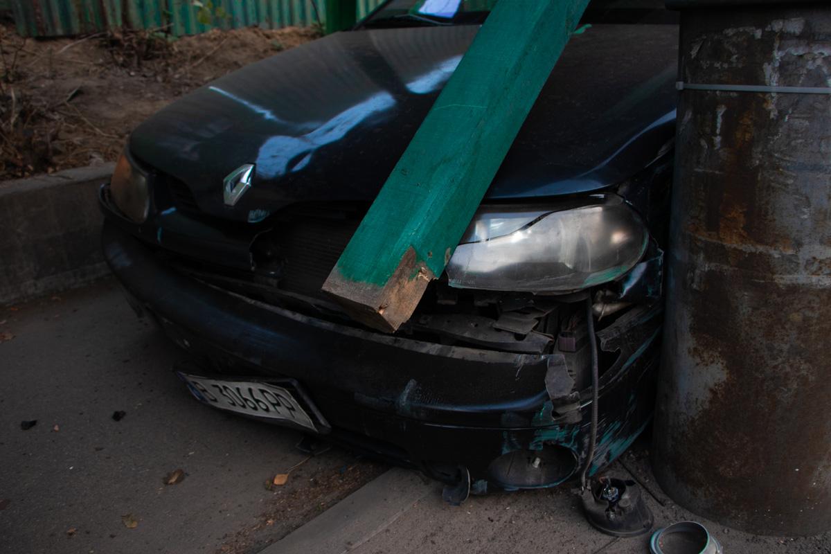 Жінка на Renault застрягла в будівельному огородженні -  - dtp industrialnyj 4
