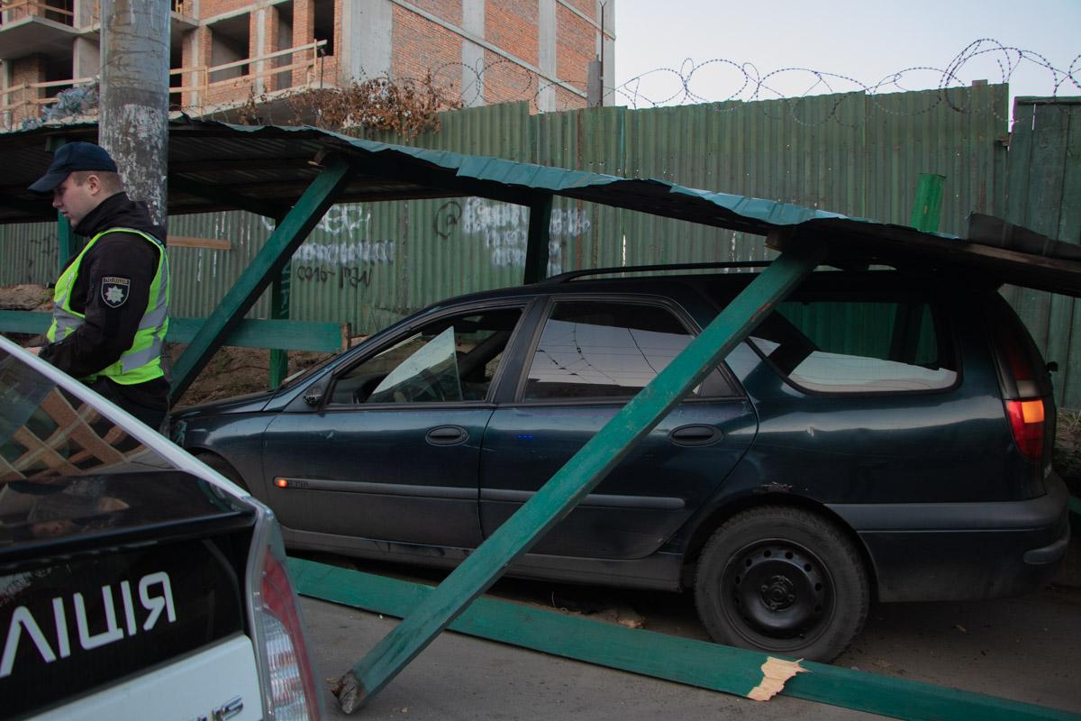 Жінка на Renault застрягла в будівельному огородженні -  - dtp industrialnyj