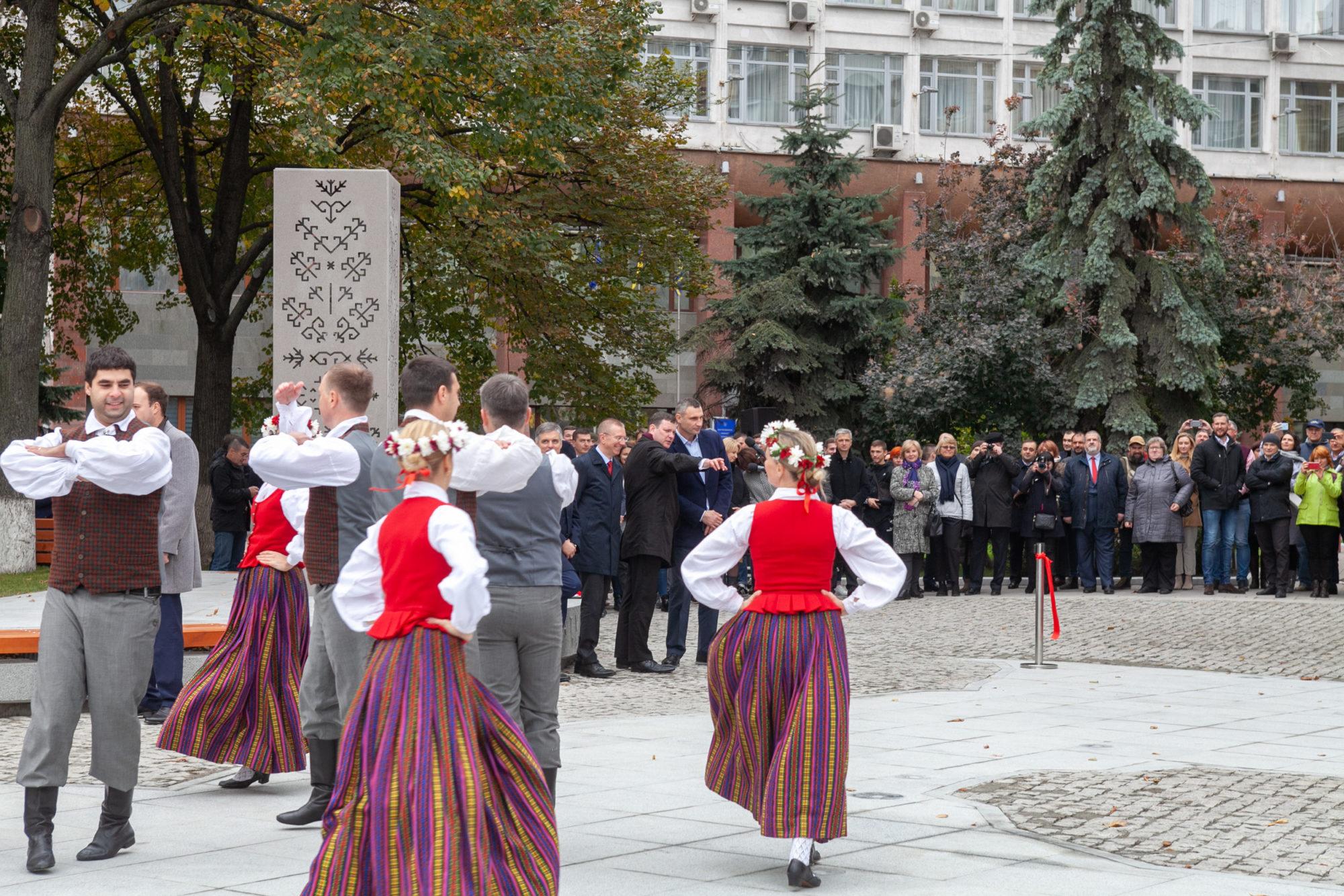 В столиці відкрили «Латвійський» сквер -  - imgbig 2 3 2000x1334