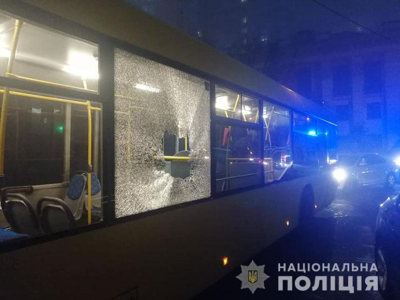 У Києві закидали камінням автобуси з футбольними вболівальниками -  - pech2410191