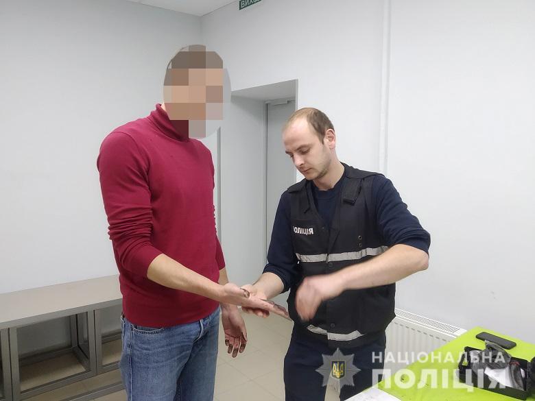 Замовляв вікна - відібрав ноутбук: у столиці за розбій затримали киянина -  - rozbiy1710201913