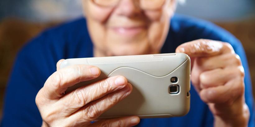 Пенсія у смартфоні: чим корисний мобільний додаток «Пенсійний фонд» - Україна, смартфон, пенсія, пенсіонери, Пенсійний фонд, мобільний додаток - smartphone art2