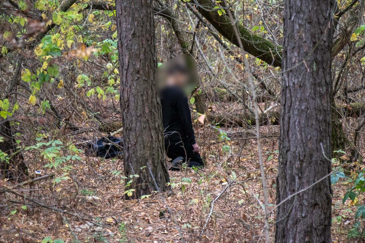 У лісі під Броварами знайшли повішеним молодого хлопця (відео, фото 18+) -  - trup 3 of 5