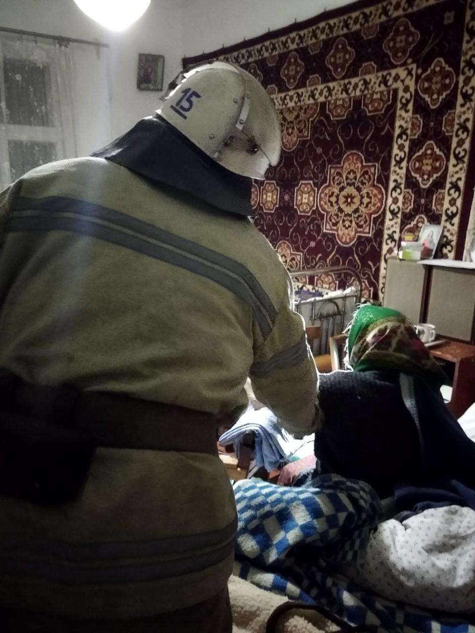 У Таращі рятувальники деблокували вхідні двері та передали літню жінку медикам -  - zobrazhennya viber 2019 10 25 08 18 37