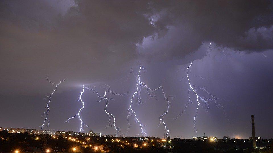 Штучний інтелект навчився передбачати удари блискавок -  - 11 molnyya