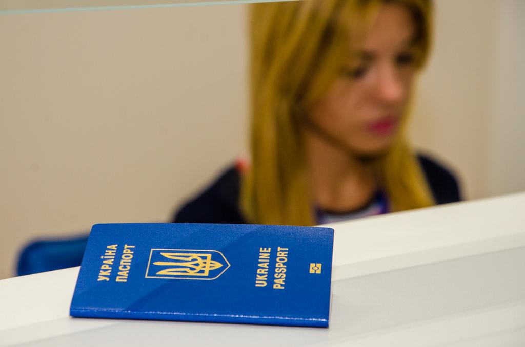 В Україні дозволили фотографуватися на документи в штучних предметах -  - 11 passport service dnepr05