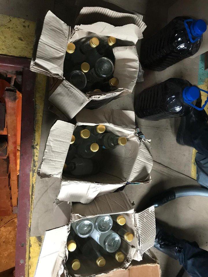 21_alko4 Під Києвом накрили підпільний цех з виготовлення алкогольних напоїв
