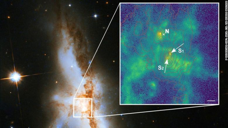 25_dyra2 Вперше знайдена галактика з трьома надмасивними чорними дірами