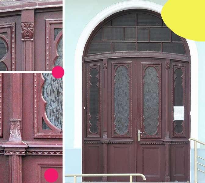 Вікові двері Луцька намагаються врятувати за допомогою світлин на їхньому фоні -  - 56fec7f838b91ebf7439f49f6c36c9e3