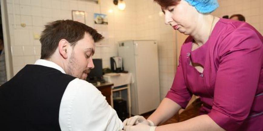 Власний приклад – найкраща агітація: Олексій Гончарук зробив щеплення від дифтерії