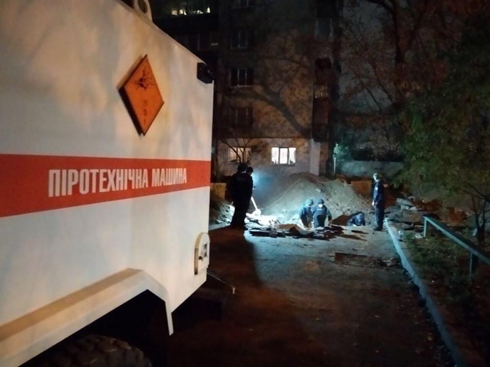 У Києві поблизу Шулявського шляхопроводу знайшли склад боєприпасів - Київ, ДСНС - 75513399 2609994072379597 2176452330533158912 n