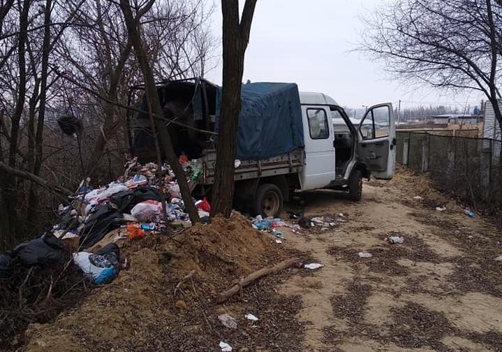 У Василькові «на гарячому» упіймали невідомих, які викидали купу сміття в яр