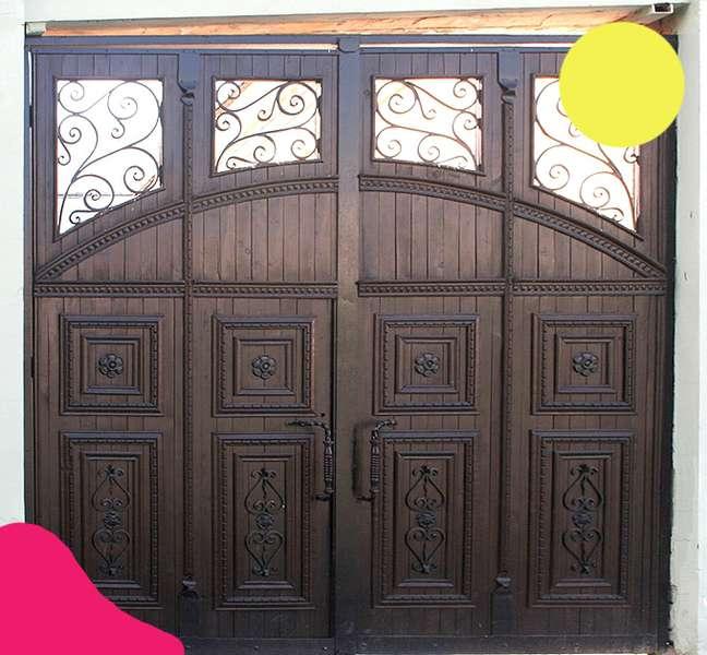 Вікові двері Луцька намагаються врятувати за допомогою світлин на їхньому фоні -  - 99fd5e3902de85460f5db308054b60cc