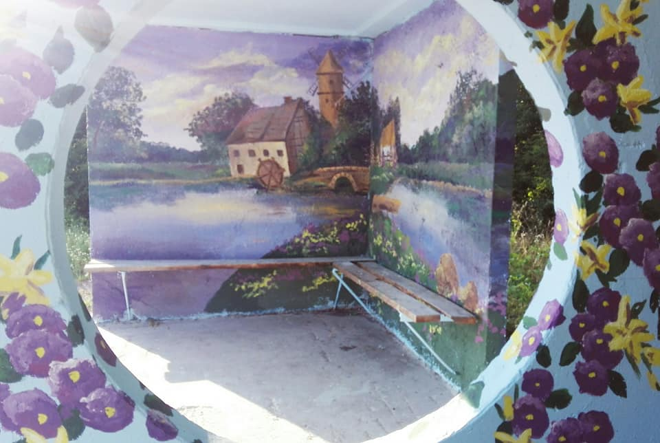 Фастівська художниця продовжує прикрашати автобусні зупинки у районі -  - Dorog 2