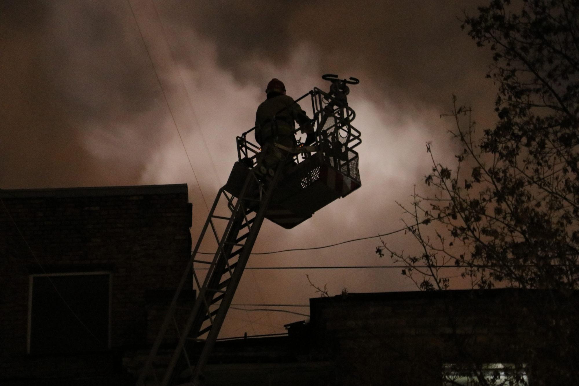 40 людей евакуювали із палаючого будинку в Києві -  - IMG 8340 2000x1333