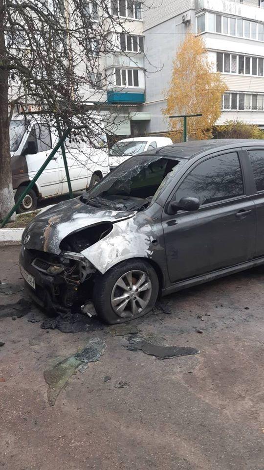 Koz-avto-1 У Коцюбинському рятувальники гасили легковик: пошкоджено моторний відсік