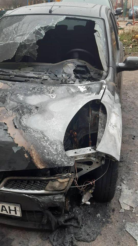 Koz-avto-2 У Коцюбинському рятувальники гасили легковик: пошкоджено моторний відсік