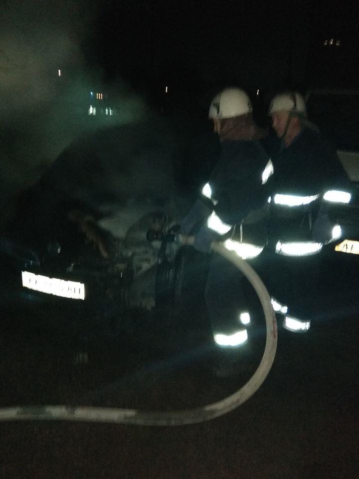 Koz-avto У Коцюбинському рятувальники гасили легковик: пошкоджено моторний відсік