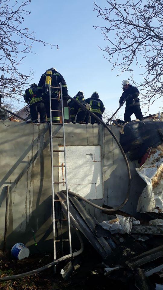 Koz-bud-2 Вогонь пошкодив покрівлю та перекриття: у Коцюбинському горів приватний будинок