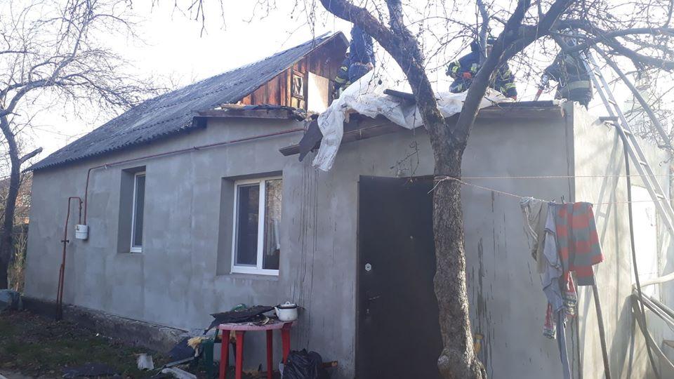 Koz-bud-3 Вогонь пошкодив покрівлю та перекриття: у Коцюбинському горів приватний будинок
