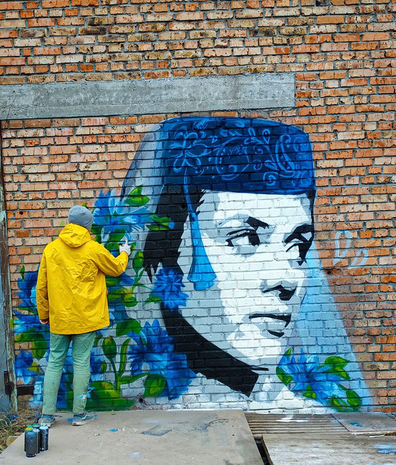 Kr-tat Новий мурал в Ірпені: увічнено юну кримськотатарську бунтарку