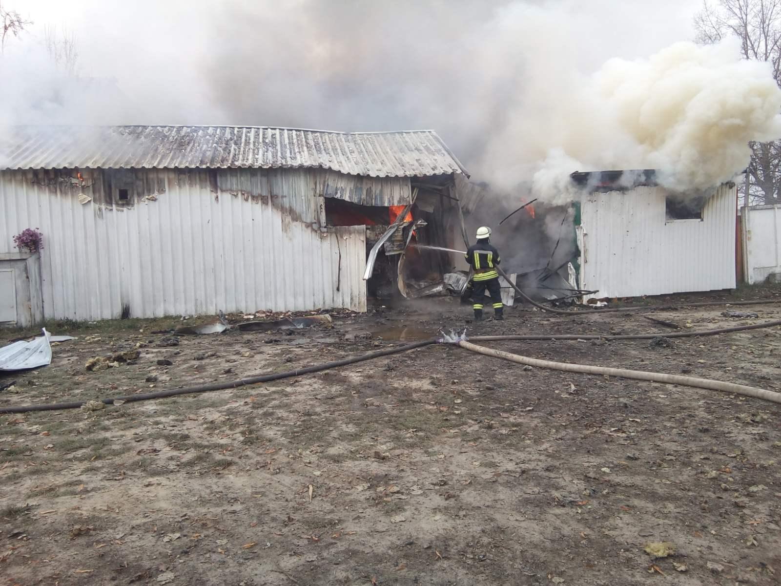 Novosil-travmy-2 Жінка отримала травми на пожежі в Новосілках: у Києво-Святошинському районі згоріли 3 споруди біля складу