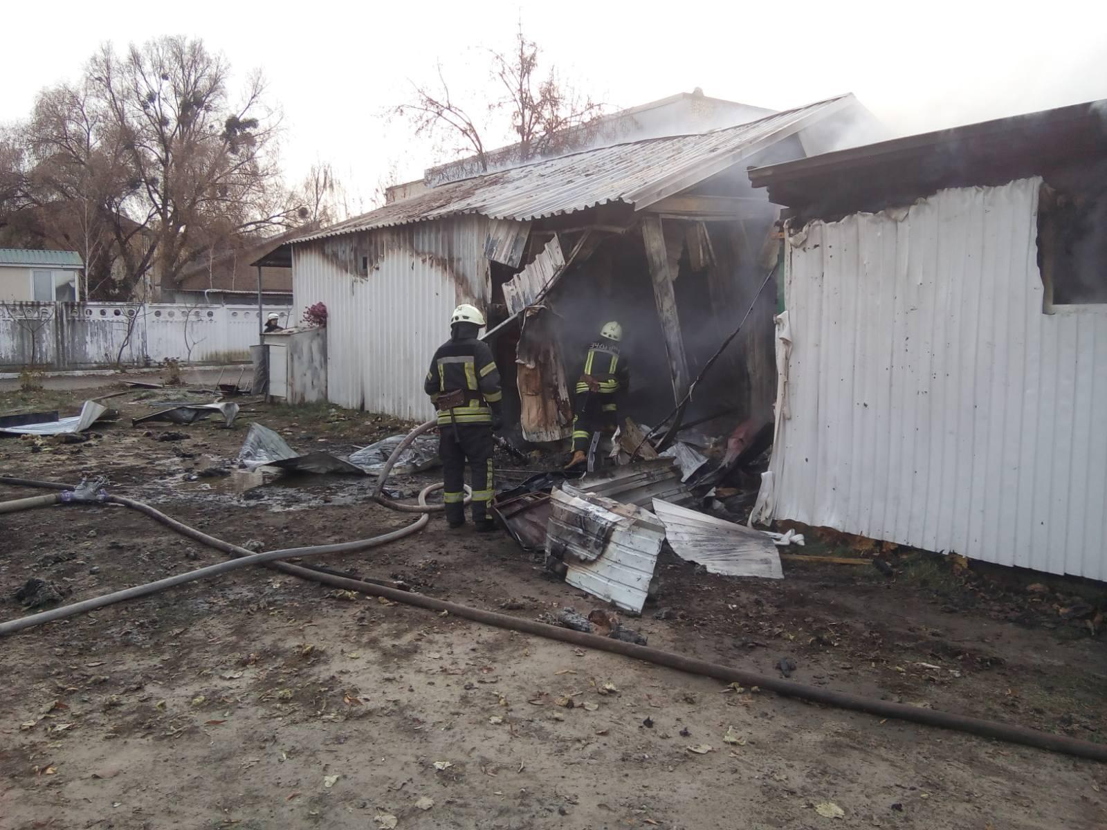Novosil-travmy-3 Жінка отримала травми на пожежі в Новосілках: у Києво-Святошинському районі згоріли 3 споруди біля складу