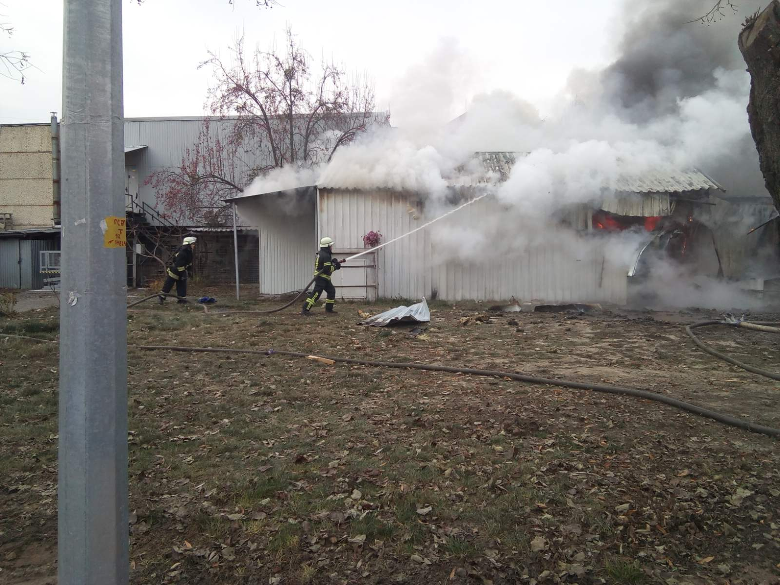 Novosil-travmy-4 Жінка отримала травми на пожежі в Новосілках: у Києво-Святошинському районі згоріли 3 споруди біля складу