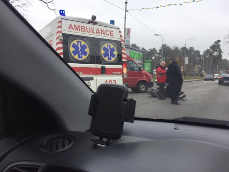 """Novus-1 У Бучі на """"Варшавці"""" сталася аварія, в якій постраждав мотоцикліст"""