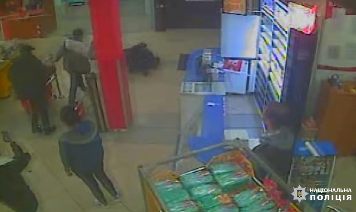 У Києві група молодиків побила охоронця магазину: постраждалий в реанімації (відео) -  - Screenshot 10