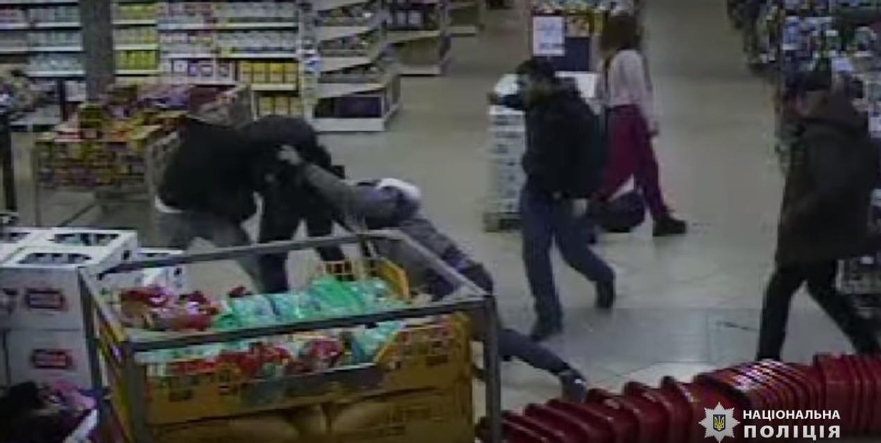 У Києві група молодиків побила охоронця магазину: постраждалий в реанімації (відео) -  - Screenshot 12