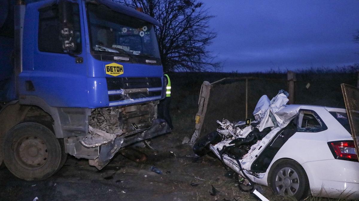 У Києві легковик зіткнувся із вантажівкою, загинула 21 річна дівчина -  - Trup 1 of 1 1
