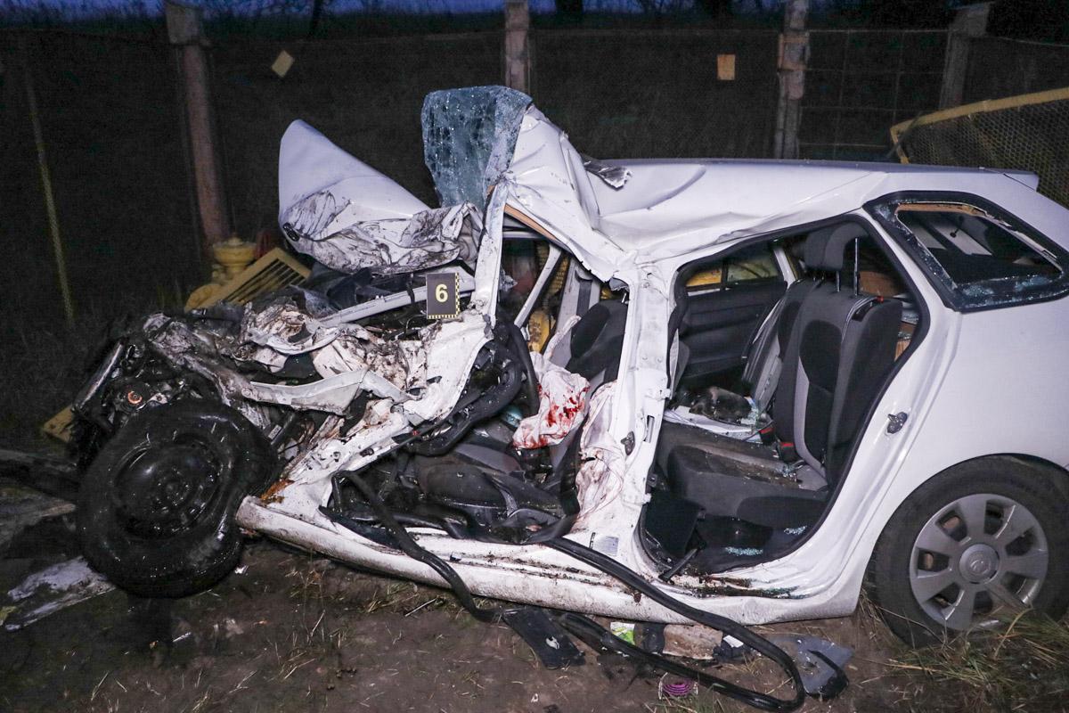 У Києві легковик зіткнувся із вантажівкою, загинула 21 річна дівчина -  - Trup 2 of 3